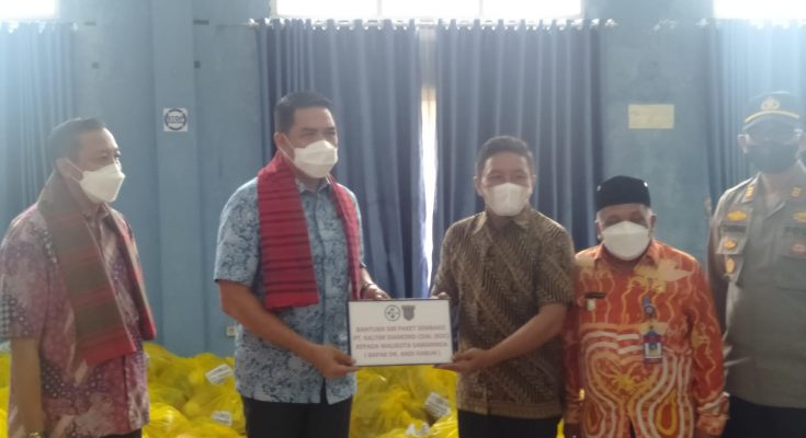 Rohim Humas PT. KDC menyerahkan bantuan secara simbolis ke Wali Kota Samarinda di Aula Kecamatan Samarinda Ulu.