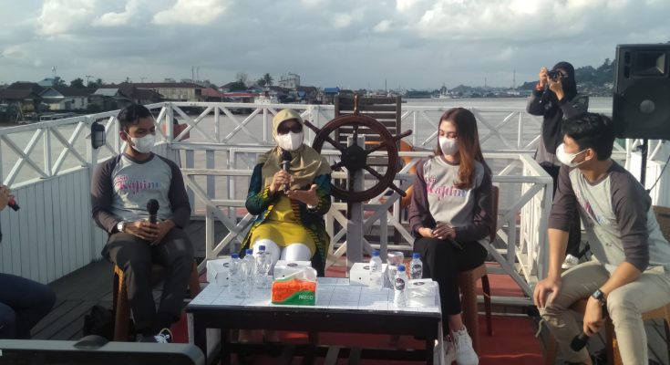 Suasan diskusi di kapal Wisata Pesut Benton. ( foto.Sri yono )g